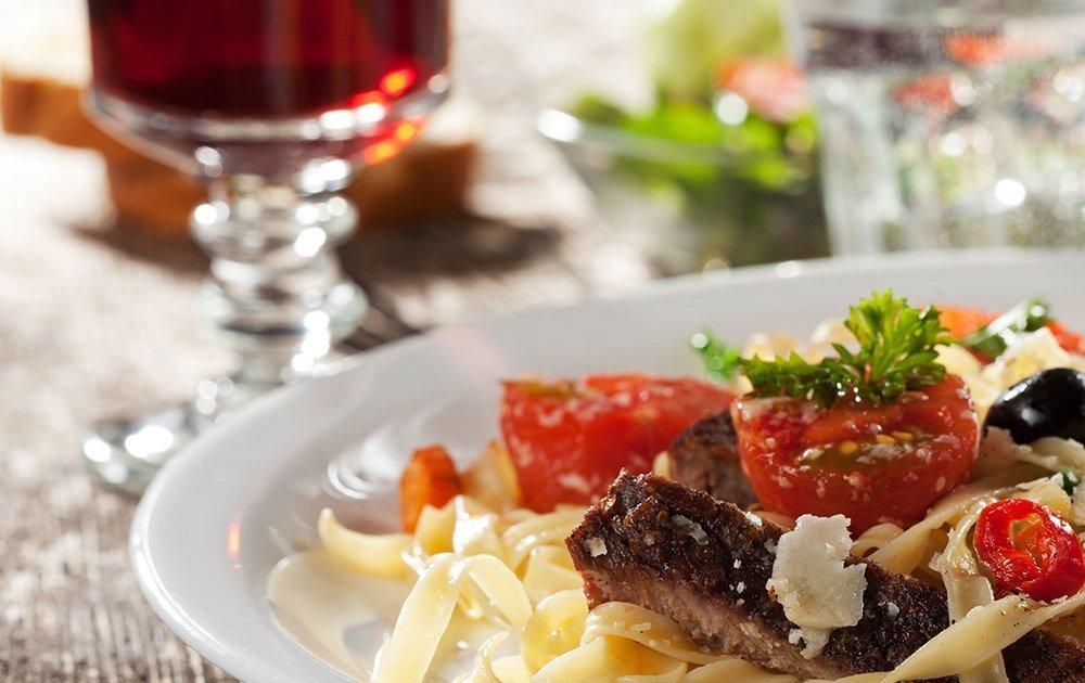Hausgemachte Nudeln und Steaks im Restaurant »Jahreszeiten«